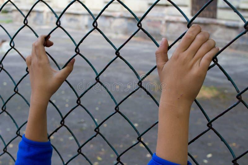 Filet de barrière de barrière de mains photographie stock libre de droits