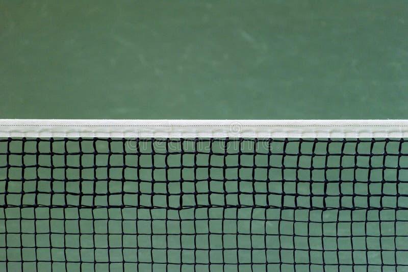 Filet de court de tennis sur le fond vert de mur photo libre de droits