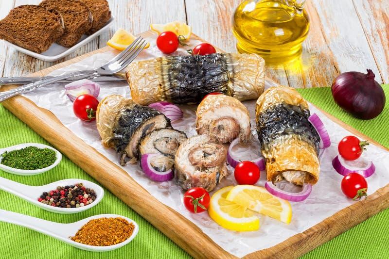 Filet de maquereau dans les petits pains, les tomates et les tranches de citron photo libre de droits