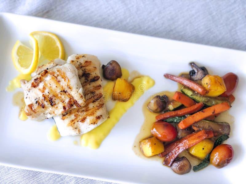 Filet de merluza de merluches avec des légumes photo stock