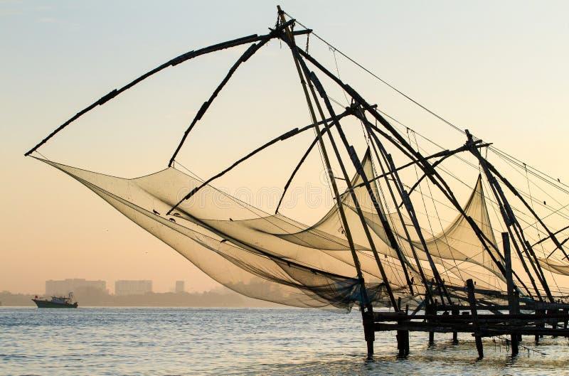 Filet de pêche chinois au lever de soleil à Cochin photos libres de droits