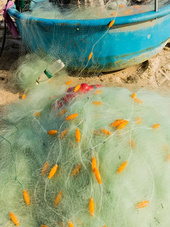 Filet de pêche en nylon avec le flotteur relié par ligne à de petits bateaux en plastique de panier de flotteurs photos libres de droits