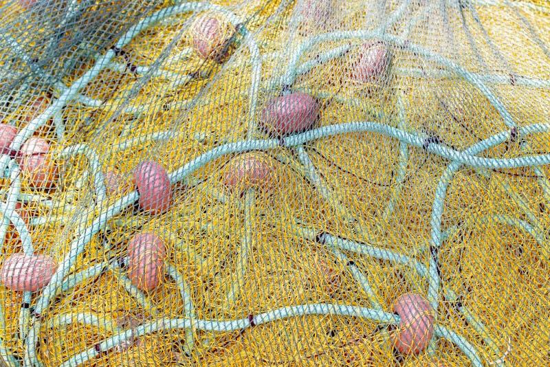 Filet de pêche jaune séchant sur le rivage Fermez-vous vers le haut de la vue photographie stock
