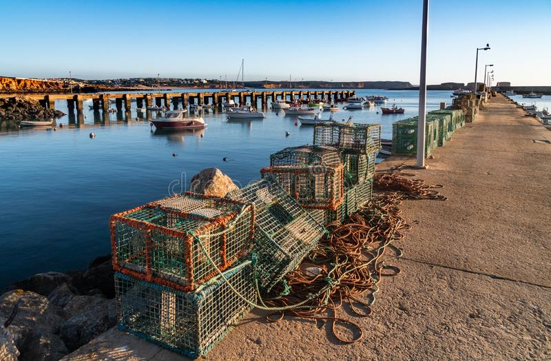 Filet de pêche de pêcheur sur les docks images libres de droits