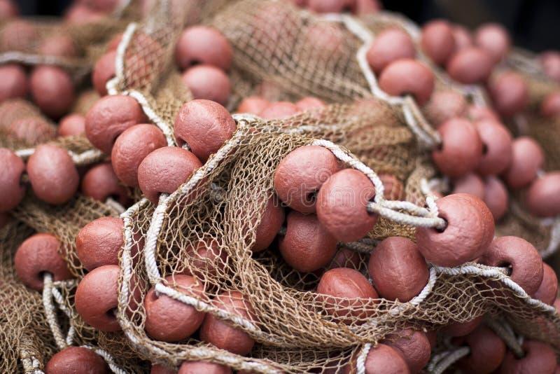 Filet de pêche rouge avec des bouées photos stock