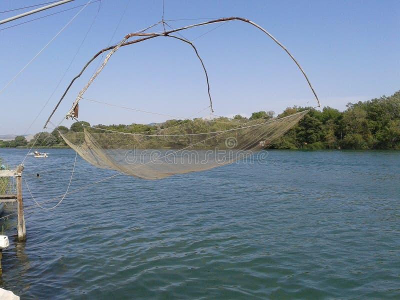 Filet de pêche sur la rivière Bojana images stock