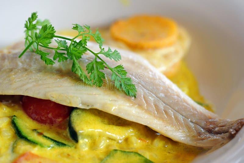 Filet de poissons de bar avec de la sauce à persil et à cari photo libre de droits