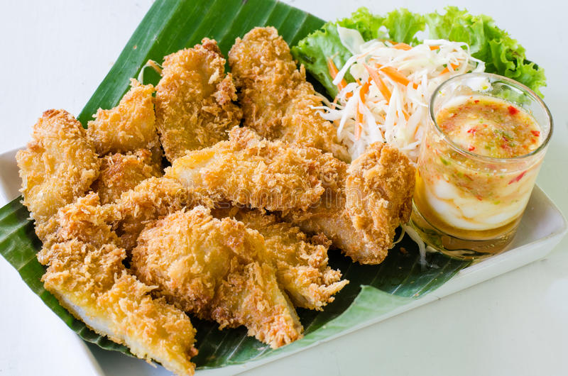 Filet de poissons frit avec des légumes sur le fond blanc images libres de droits