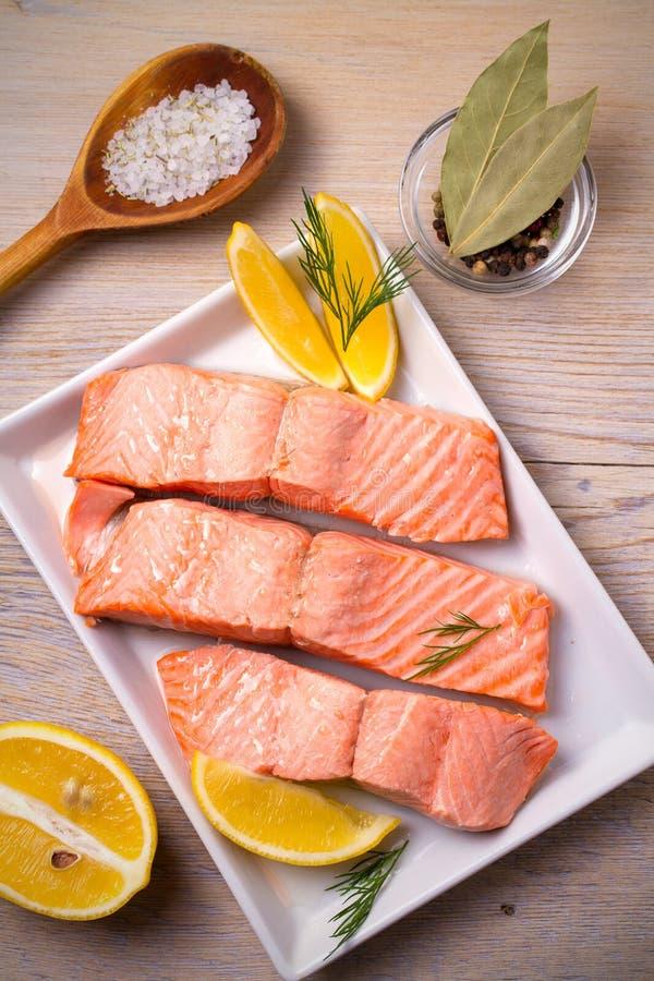 Filet de poissons saumoné cuit à la vapeur du plat blanc Nettoyez le concept de consommation, sain et de régime de nourriture photographie stock libre de droits