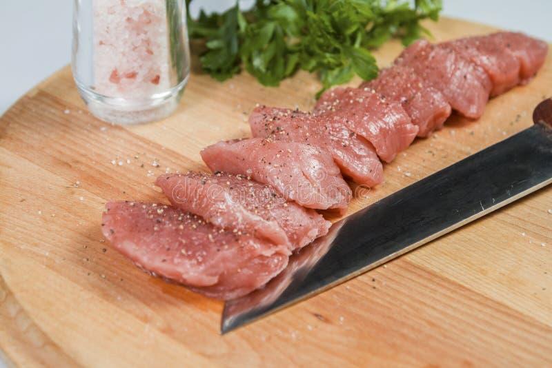 Filet de porc de viande crue sur la planche à découper photos stock