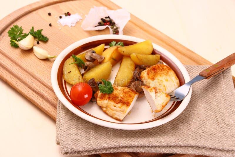 Filet de poulet avec des pommes de terre de romarin un champignon image stock