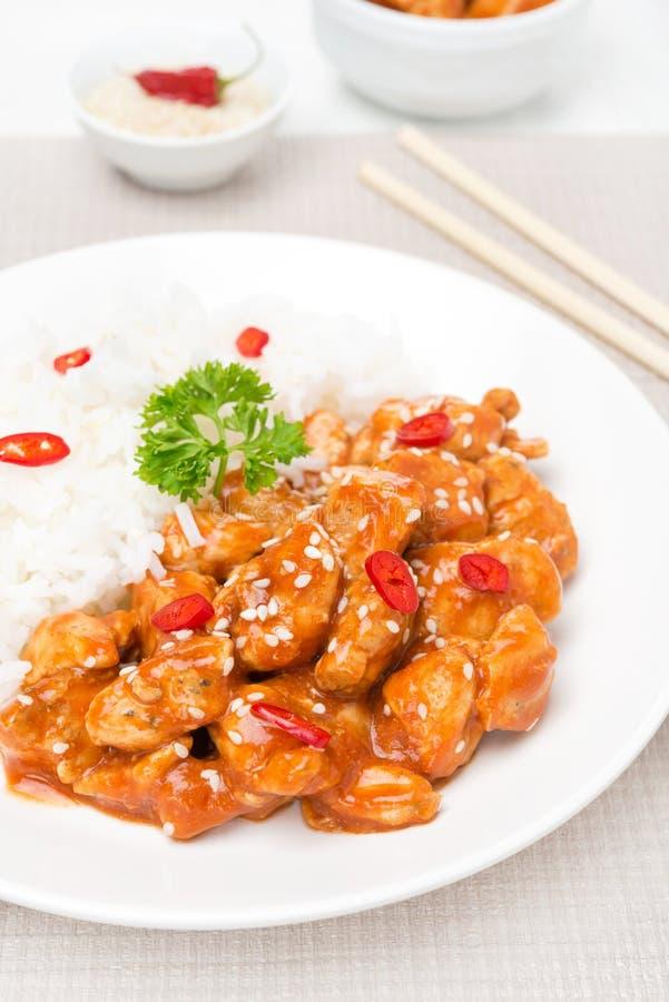 Filet de poulet en sauce tomate avec les graines de sésame et le riz photos stock