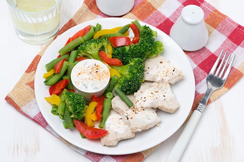 Filet de poulet, légumes, sauce à yaourt images libres de droits
