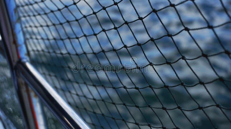 Filet de sécurité sur le bateau Cordes sur le bateau Cordes de sécurité et mer bleue images stock