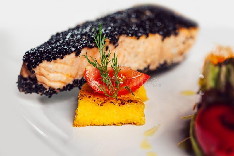 Filet de saumon avec serrure de sésame sur une assiette image stock
