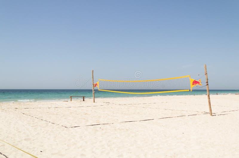 Filet de volleyball sur la plage tropicale avec le ciel bleu Océan bleu à l'arrière-plan photo stock