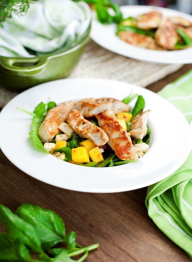Filet et légumes de poulet rôti sur la table en bois images stock