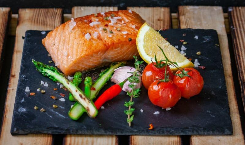 Filet grillé délicieux des saumons avec l'asperge verte, photos stock