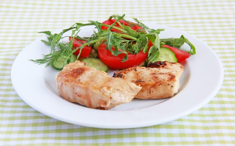 Filet grillé de poulet avec de la salade photos stock