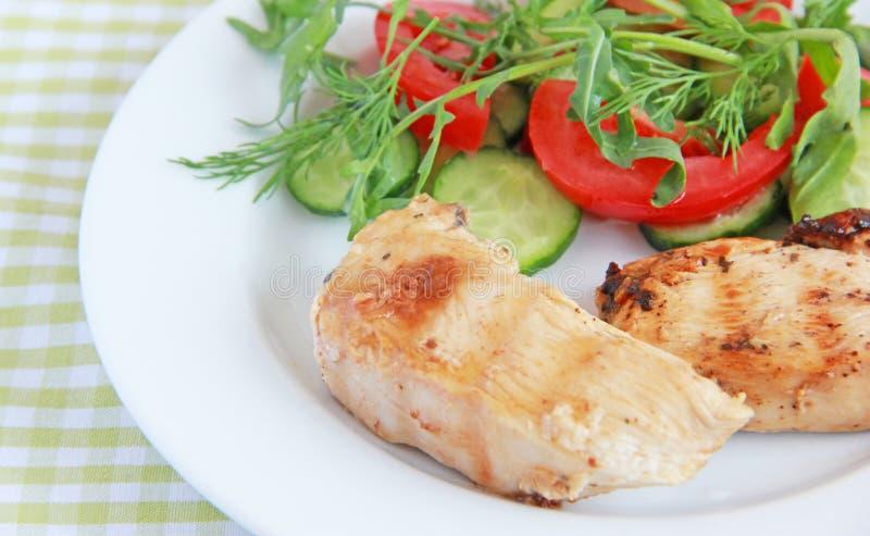 Filet grillé de poulet avec de la salade images stock