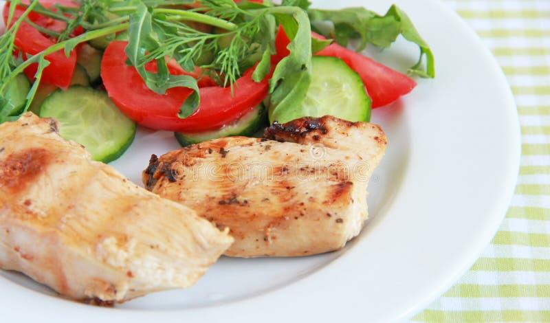 Filet grillé de poulet avec de la salade photo libre de droits