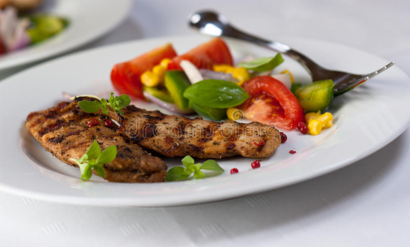 Filet grillé de poulet avec de la salade végétale image stock