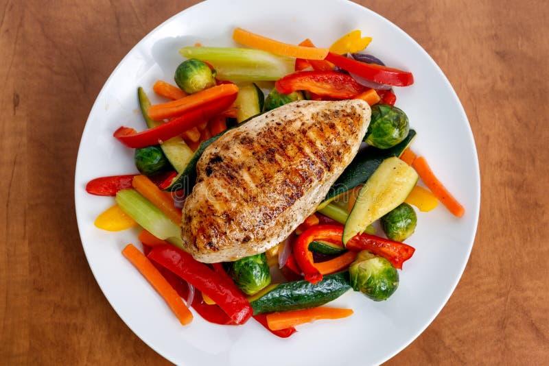 Filet grillé de poulet, sein avec le légume cuit des plats images libres de droits