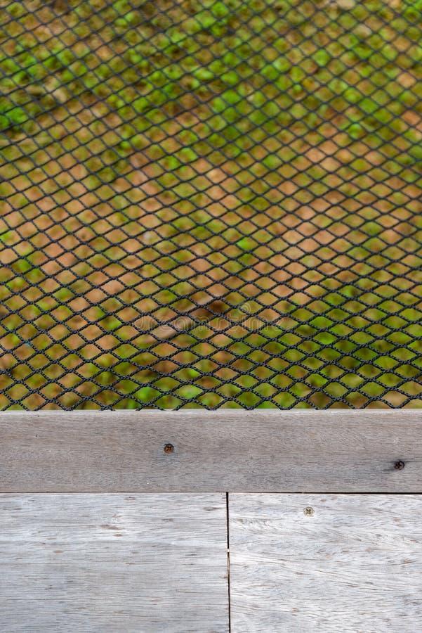 Filet noir d'hamac de couleur près de plancher en bois photos stock
