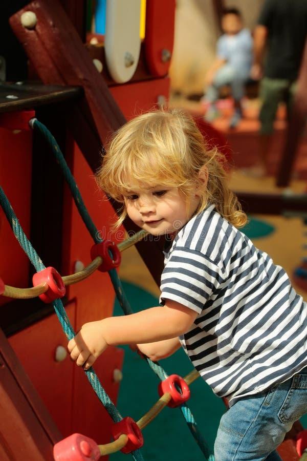 Filet ou échelle s'élevant de corde de bébé garçon mignon image libre de droits
