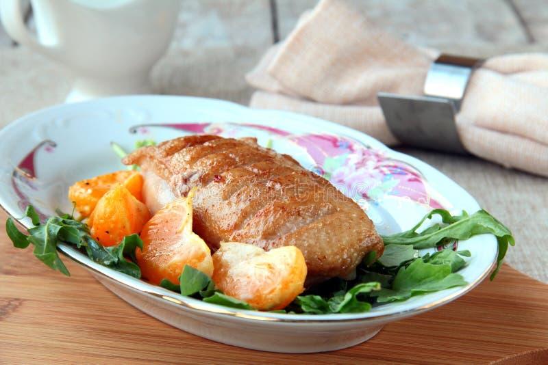 Filet préparé de canard de viande d'une plaque photographie stock