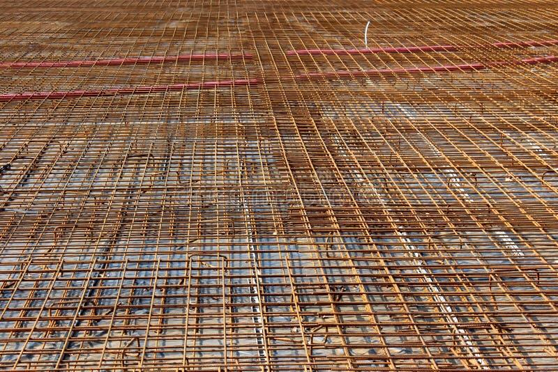 Filet rouillé en masse étendu de construction en métal sur la base concrète forte au site local de construction de bâtiments photographie stock libre de droits