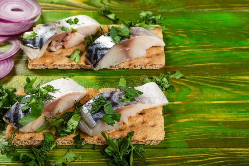Filet salé du maquereau ou des harengs, coupe en tranches photo stock