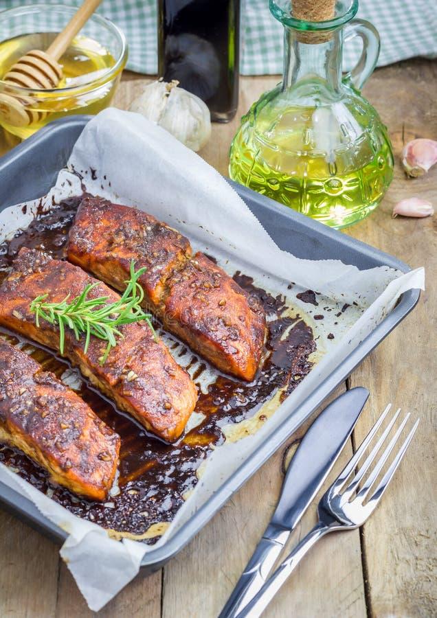 Filet saumoné avec de la sauce à balsamique-miel, cuite au four image libre de droits
