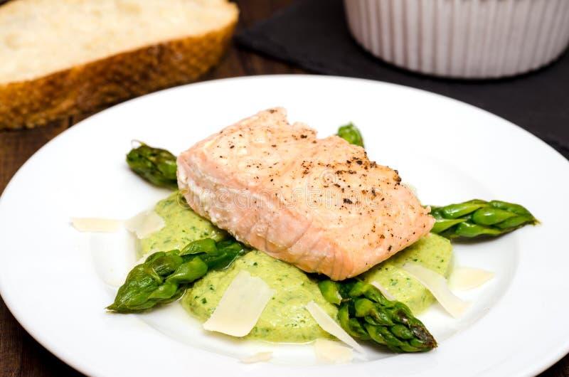 Filet saumoné avec l'asperge verte photographie stock