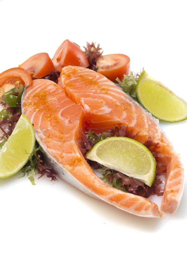 Filet saumoné cru avec des légumes image stock