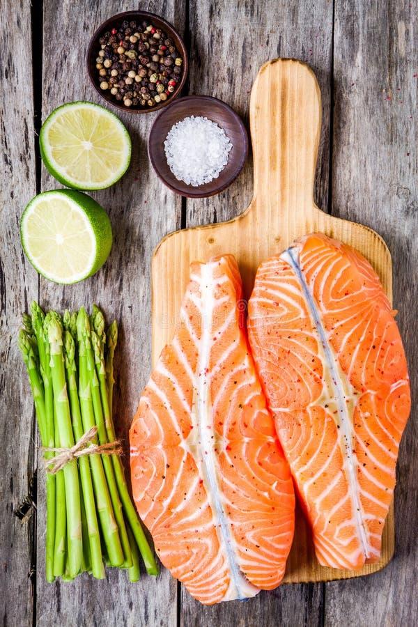 Download Filet Saumoné Cru Frais Sur Une Planche à Découper En Bois Avec L'asperge Image stock - Image du cuisine, nourriture: 56490529
