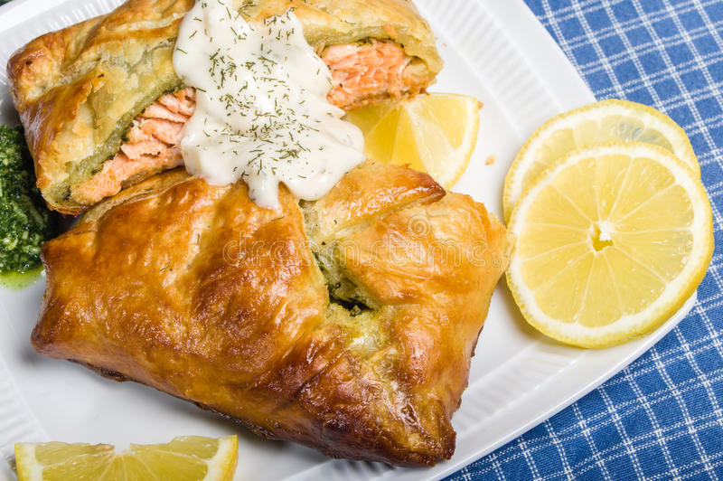 Filet saumoné cuit au four dans l'enveloppe de pâte feuilletée photo libre de droits
