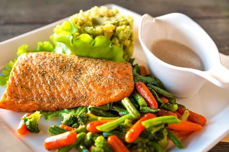 Filet saumoné grillé avec la mâche et les légumes de pomme de terre-épinards images stock