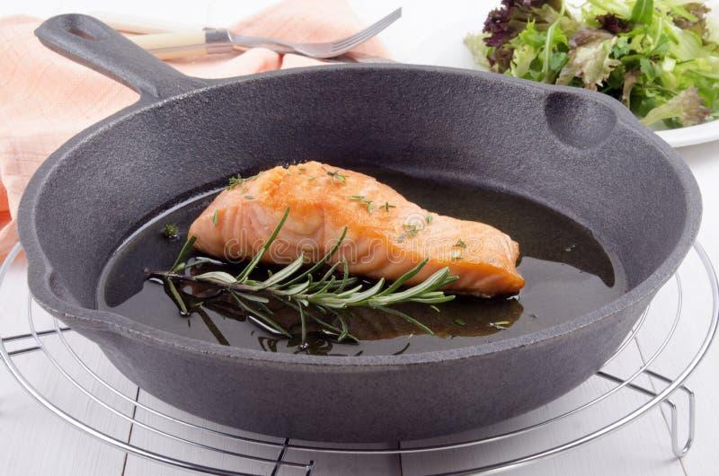 Filet saumoné grillé dans une casserole images libres de droits