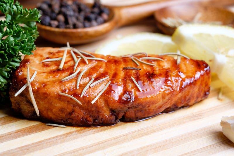 Filet saumoné grillé par casserole photo stock