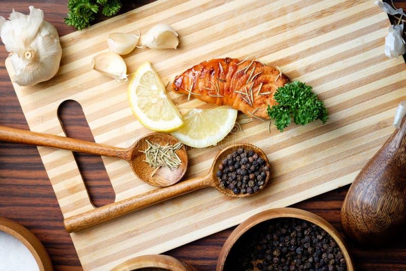 Filet saumoné grillé par casserole de vue supérieure photo libre de droits