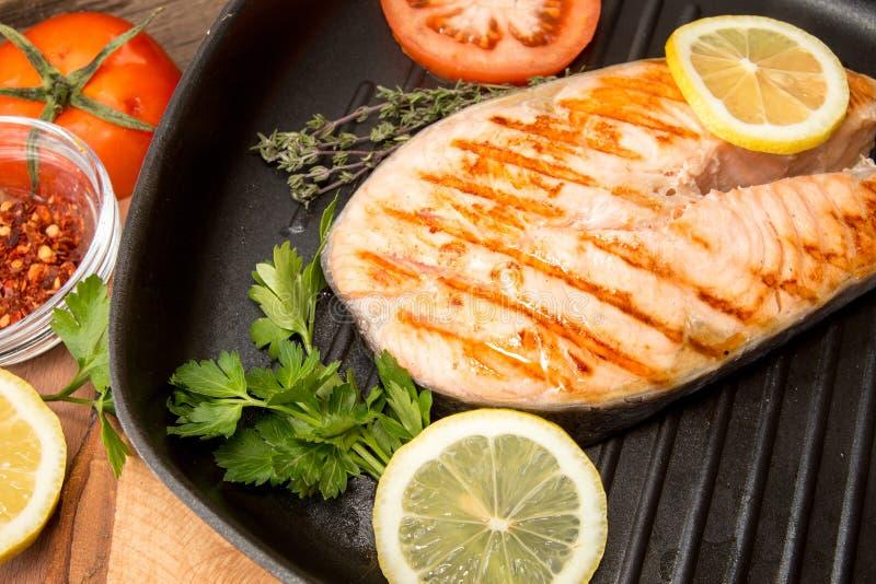 Filet saumoné grillé sur la poêle Bifteck des saumons photo libre de droits