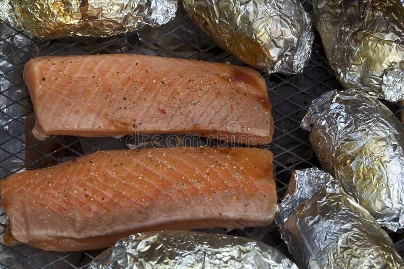 Filet saumoné sur le gril photos stock