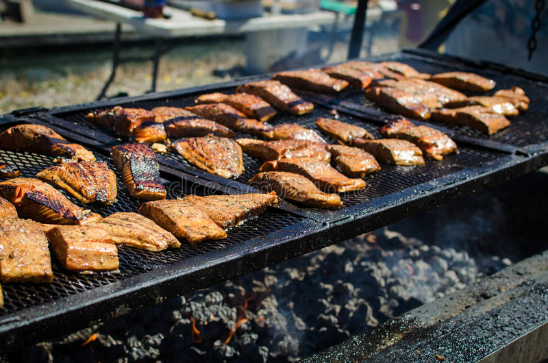 Filet saumoné sur un barbecue d'été photos stock