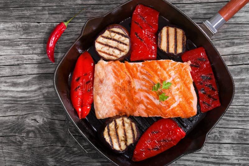 Filet saumoné sur une casserole de gril de fer photo libre de droits