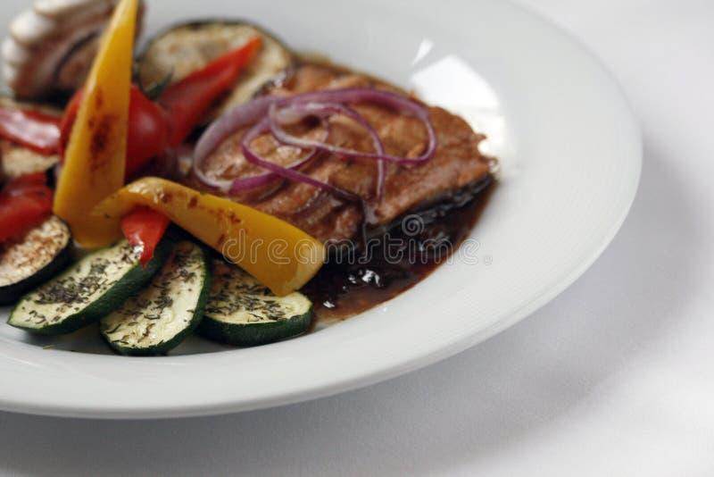 Filet saumon? grill? et l?gumes grill?s d'un plat blanc de porcelaine photo stock