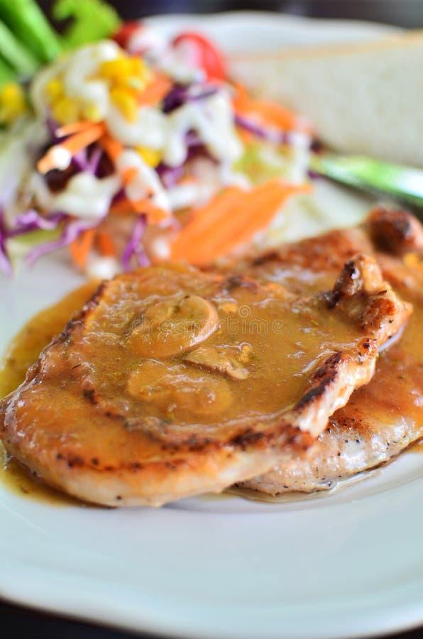 Filete asado a la parilla del cerdo con la salsa de seta fotos de archivo