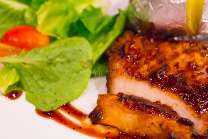 Filete asado a la parrilla del pollo en la placa con la patata y la verdura cocidas, cocina tradicional Cocina de la parrilla foto de archivo libre de regalías