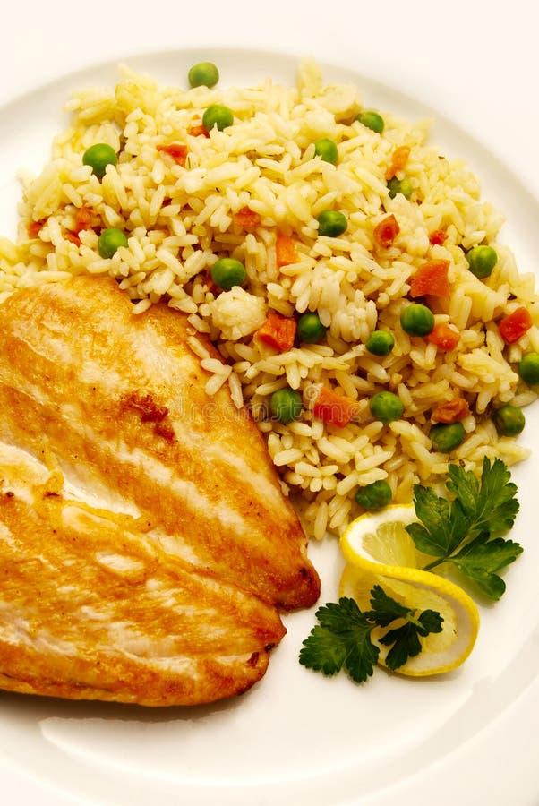 Filete con arroz y guisantes foto de archivo libre de regalías