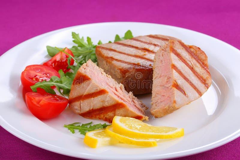 Filete de atún asado a la parrilla sabroso con la ensalada imagen de archivo